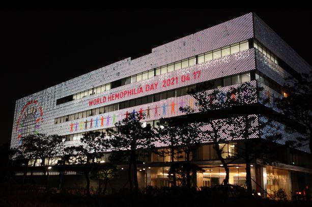 'GC녹십자 R&D센터' 미디어파사드에 '세계 혈우인의 날' 이미지를 게재했다./사진=GC녹십자