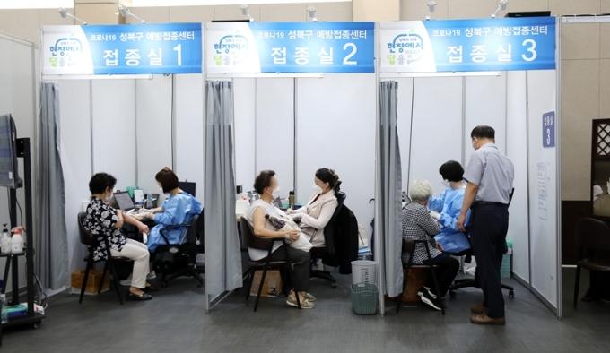 질병관리청은 1일 3분기에 예정된 코로나19 백신 세부접종 계획을 발표하겠다고 지난달 30일 밝혔다. 사진은 지난달 29일 서울 성북구 예방접종센터를 찾은 시민들이 신종 코로나 바이러스 감염증(코로나19) 백신 접종을 받는 모습. /사진=뉴스1