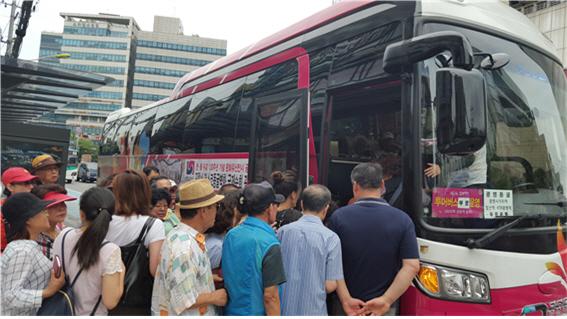 광명시 순환형 투어 버스 '빛을 품은 광명여행'에 이용객이 탑승하고 있다. / 사진제공=광명시