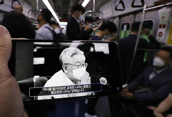 이재명 경기도지사가 1일 오전 온라인을 통해 대선 출마를 선언했다. 사진은 한 시민이 출근길 지하철 1호선 안에서 이 지사의 출마 선언 영상을 시청하는 모습. /사진=뉴스1