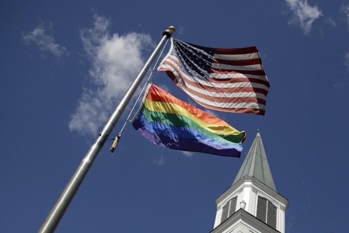미국 국무부가 여권을 신청할 때 직접 성별을 선택할 수 있도록 발급 절차를 바꿨다. 사진은 미국 국기와 성 소수자를 상징하는 무지개 깃발의 모습. /사진=뉴시스
