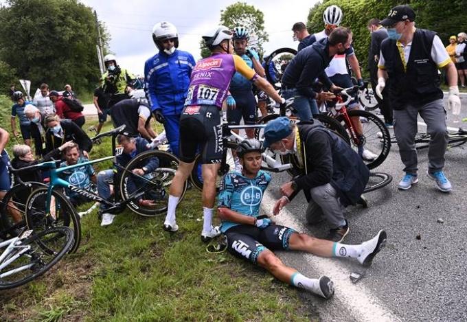 1일(이하 한국시각) 프랑스24는 프랑스 브레스트 검찰이 지난달 27일 투르 드 프랑스 대회 도중 추돌 사고를 낸 여성 관중을 체포했다고 보도했다. 지난달 27일 대회 도중 팻맛을 들고 난입한 관중으로 인해 추돌 사고가 발생했고 많은 선수들이 부상을 당했다. 사진은 같은날 사고 발생 후 쓰러져 있는 선수들의 모습. /사진=로이터