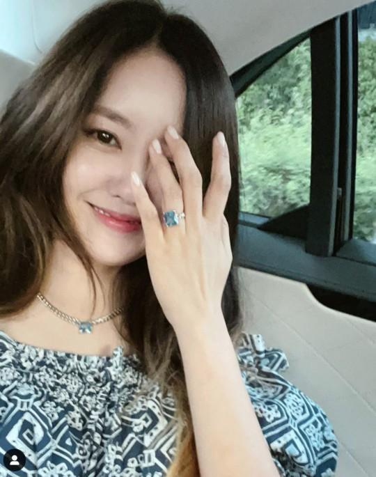 티아라 멤버 효민이 왼쪽 약지 손가락에 반지를 낀 채 셀카를 찍었다. /사진=효민 인스타그램