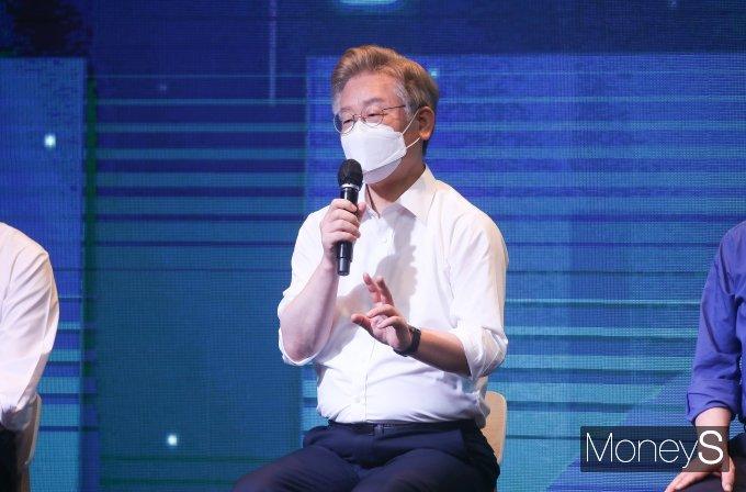 [머니S포토] '대선 장정' 시작한 이재명, 취재진 질의 답변