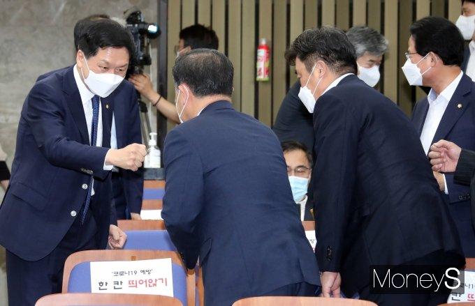[머니S포토] 의원들과 인사하는 김기현 원내대표