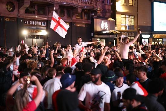 지난 4일(한국시각) 잉글랜드가 우크라이나를 꺾고 유로 2020 4강 진출이 확정되자 영국 런던 트라팔가 광장에 모인 잉글랜드 축구팬들이 환호하고 있다. /사진=로이터