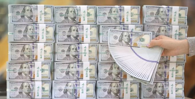 미 달러 강세의 영향으로 지난 6월 말 기준 우리나라 외환보유액이 전월말 대비 23억5000만달러 감소한 4541억1000만달러를 기록했다./사진=뉴스1