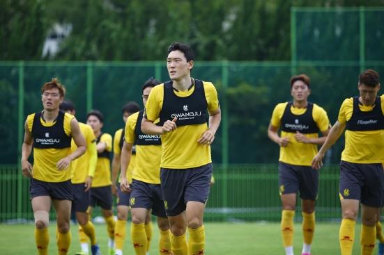 전남목포국제축구센터에서 전지훈련중인 광주FC 선수들이 러닝을 하고 있다./사진=광주FC