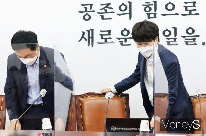 [머니S포토] 국민의힘 최고위 참석한 이준석·김기현