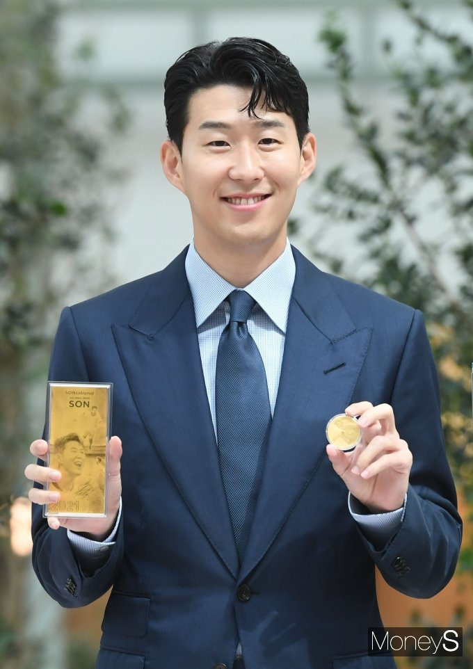 [머니S포토] 손흥민 '눈부신 금빛 미소'