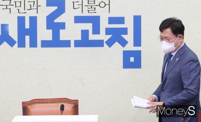[머니S포토] 민주당 최고위 입장하는 송영길 대표