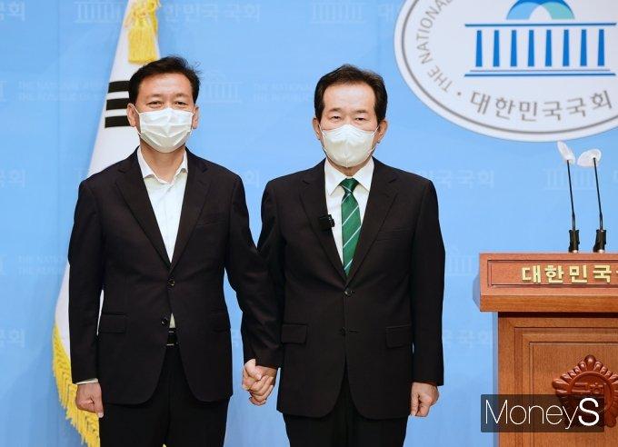 [머니S포토] 정세균·이광재 단일화, 제20대 대선 경쟁자→협력 동반 관계로...