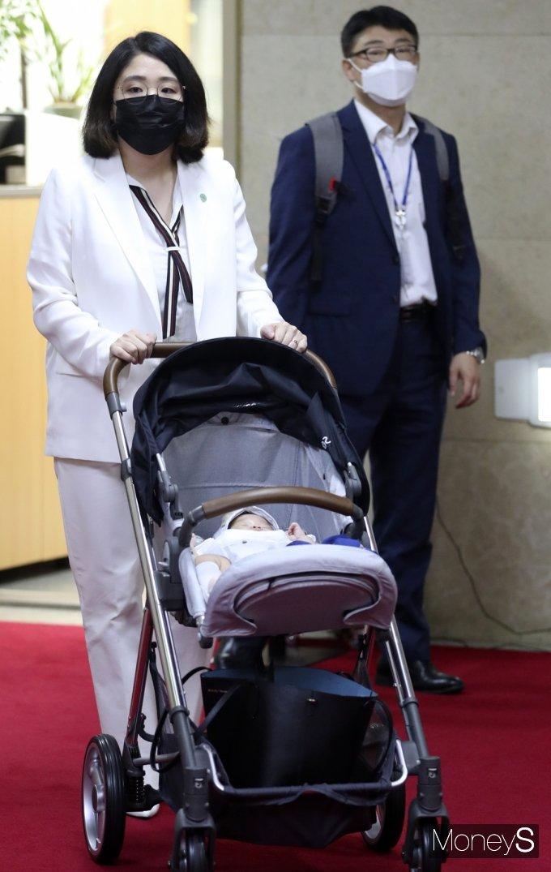 [머니S포토] 국회 복귀 용혜인, 자녀와 함께...