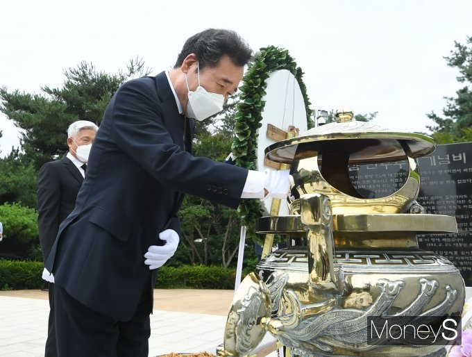 [머니S포토] 대선출마 선언한 이낙연, 김영삼 대통령 묘역 참배