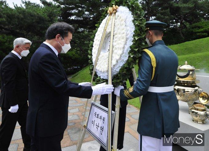 [머니S포토] 故 김대중 묘역 헌화하는 잠룡 '이낙연'