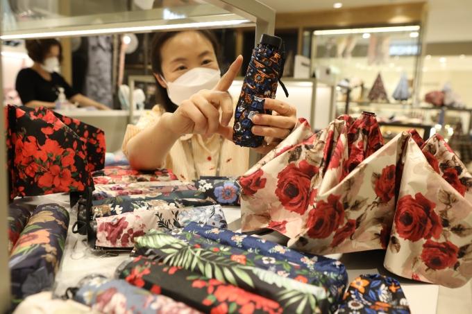 롯데백화점 광주점 4층 패션잡화매장에서는 장마철을 맞아 잦은 비 소식에 사이즈가 작고 휴대가 편안한 접이식 우산을 선보이고 있다/사진=롯데쇼핑 제공.