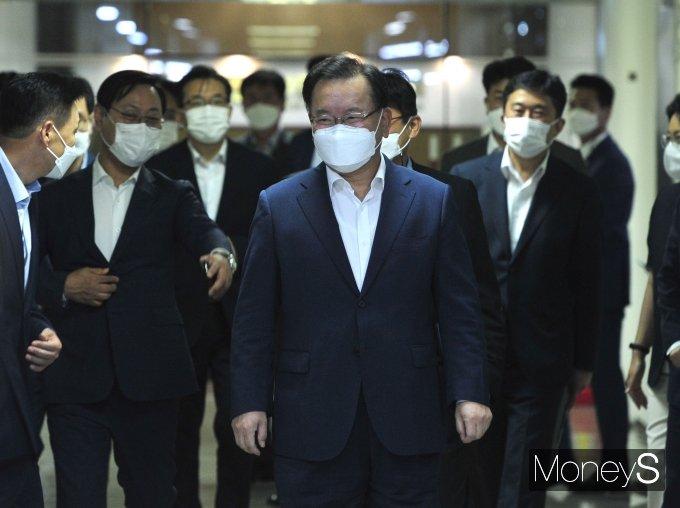 [머니S포토] 서민금융통합지원센터 현장 방문 나선 김부겸 총리