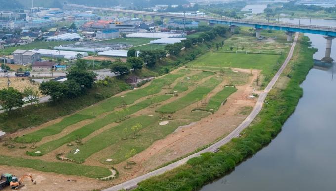 전남 장성군 민선7기 공약사업인 황룡강 일원 파크골프장 조성 공사가 최근 완공됐다.총 면적 9829㎡에 9홀 규모로, 국비 포함 총 5억 1000만원의 사업비가 투입됐다./장성군