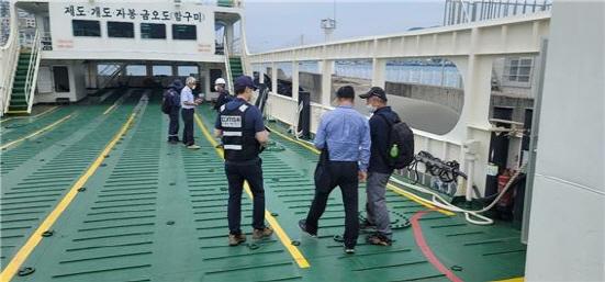 한국해양교통안전공단(이사장 김경석) 여수운항관리센터가 지난 1일 해양수산부에서 위촉한 국민안전감독관과 여객선 12척에 대해 합동 특별점검을 실시하고 있다./사진=여수운항관리센터