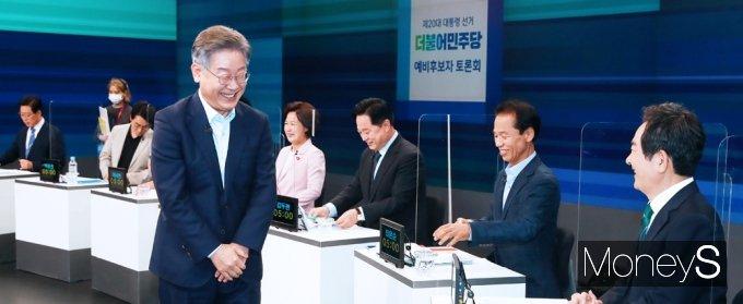 [머니S포토] 이재명, 與 대선 경선 후보 합동 TV 토론 앞서 여유로운 미소