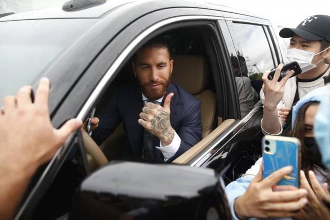 레알 마드리드 소속이던 세르히오 라모스가 파리 생제르맹과 계약이 임박했다는 외신 보도가 나와 주목된다. 사진은 지난달 17일 레알 마드리드의 계약 종료 공식 발표 이후 팬들에게 인사를 하는 라모스의 모습. /사진=로이터