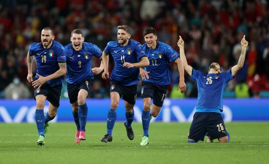이탈리아 선수들이 7일 오전(한국시각) 영국 런던 웸블리스타디움에서 열린 스페인과의 유로 2020 4강전에서 승부차기 끝에 승리해 결승 진출이 확정되자 환호하고 있다. /사진=로이터
