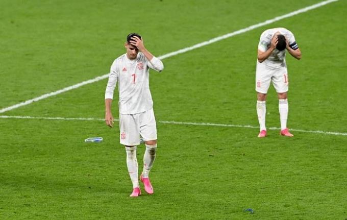 7일(이하 한국시각) 스페인 공격수 알바로 모라타(왼쪽)가 유로2020 4강전 이탈리아와의 경기에서 동점골을 넣었지만 승부차기에서 실축하며 고개를 떨궜다. /사진=로이터