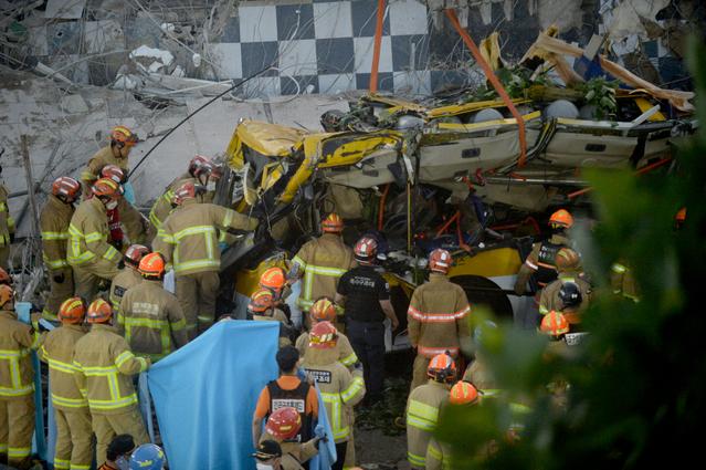 지난해 광주·전남·북, 제주지역 건설 현장 사망사고가 장마철에 집중된 것으로 나타났다.광주 학동 건물 붕괴 현장에서 구조대가 구조 활동을 벌이고 있다/사진=머니S DB.