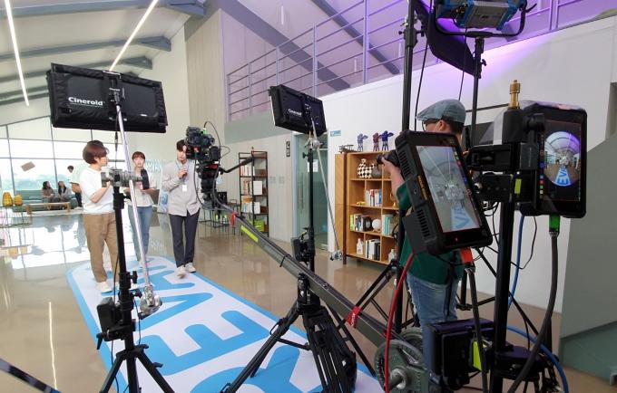 파주의 한 스튜디오에서 8K 3D VR 드라마를 촬영하는 모습. /사진제공=LGU+