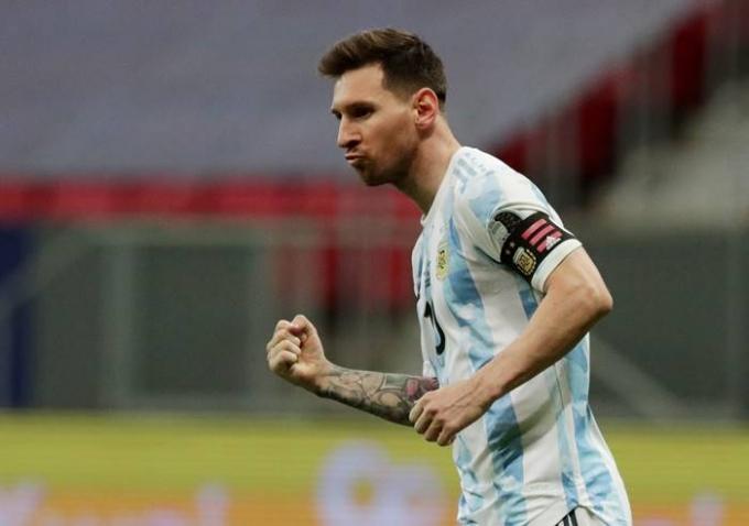 7일(이하 한국시각) 아르헨티나가 브라질 브라질리아 국립경기장에서 콜롬비아와의 2021 코파 아메리카 4강전에서 1-1 무승부를 거둔 뒤 승부차기에서 3-2로 승리해 결승 진출에 성공했다. 리오넬 메시는 이날 승부차기 1번 키커로 나서 성공시켰다. /사진=로이터