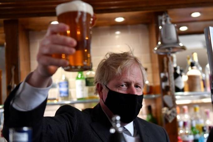 7일(이하 한국시각) 영국 매체 데일리 메일은 영국 의회가 유로2020 결승전에 술집 영업시간을 45분 연장하는 법안을 통과시켰고 존슨 총리가 이를 승인했다고 보도했다. 사진은 지난 4월20일 존슨 총리가 영국 울버햄튼 지방 선거 유세 도중 지역 술집을 방문한 모습. /사진=로이터