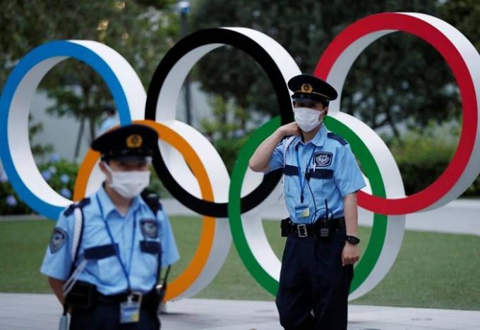8일 일본 정부 등 5개 기관이 참여하는 대책본부 회의에서는 '만연방지 등 중점조치(중점조치)를 연장할 지 여부를 결정한다. 사진은 지난달 14일 도쿄올림픽 주경기장을 지키고 있는 안전요원들의 모습. /사진=로이터