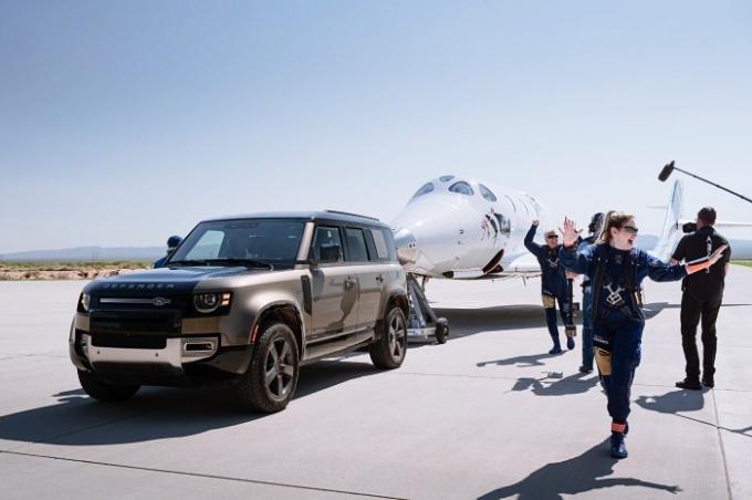랜드로버는 지난 11일(현지시각) 상업용 우주선 운항사인 버진 갤럭틱의 설립자 리처드 브랜슨이 승선한 사상 최초의 전원 탑승 우주비행을 지원하는 미션을 완수했다. /사진제공=랜드로버