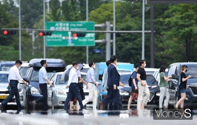 다음주 서울의 한낮 최고기온이 40도까지 치솟을 수 있다는 예측이 나왔다. 사진은 폭염주의보가 내려진 지난 14일 서울 영등포구 여의도환승센터 인근 도로에서 아지랑이가 피어오르는 모습. /사진=장동규 기자