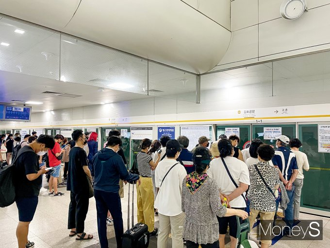 출근 시간대가 오후 시간대(7월12일 오후 3시30분쯤)에도 많은 김포 시민들이 김포골드라인 김포공항역에서 김포로 향하는 열차를 기다리고 있다. /사진=강수지 기자