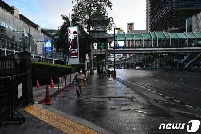 국 방콕 거리의 2021년 7월 12일 모습. 다운타운이지만 엄격한 격리 조치로 행인이 한 명밖에 보이지 않는다. © AFP=뉴스1