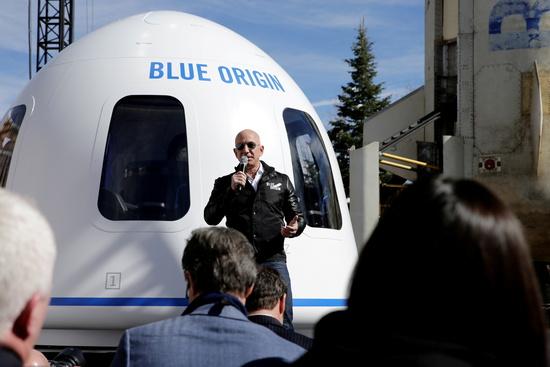 세계 최고 부자인 제프 베이조스 아마존 최고경영자(CEO)가 오는 20일 우주 관광을 마치면 경쟁자 리처드 브랜슨 버진 갤럭틱 회장에 이어 우주비행 클럽에 합류하게 된다고 APF통신이 보도했다./사진=로이터