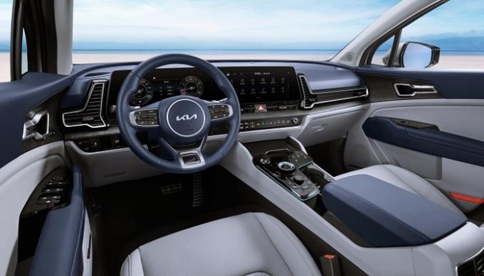 실내는 파노라믹 커브드 디스플레이(12.3인치 계기반과 12.3인치 인포테인먼트 시스템 화면을 부드럽게 곡면으로 연결한 첨단 디스플레이)를 국내 준중형 SUV 최초로 적용했다. 인포테인먼트 시스템과 공조 기능을 통합적으로 조작할 수 있는 터치 방식의 전환 조작계도 특징. /사진제공=기아