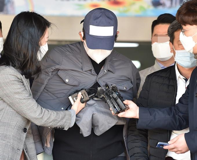 라임사태의 핵심으로 지목된 김봉현 전 스타모빌리티 회장이 20일 보석 석방됐다. 사진은 지난해 4월26일 영장실질심사를 받기 위해 경기 수원남부경찰서 유치장에서 나오고 있는 김 전 회장. /사진=뉴시스