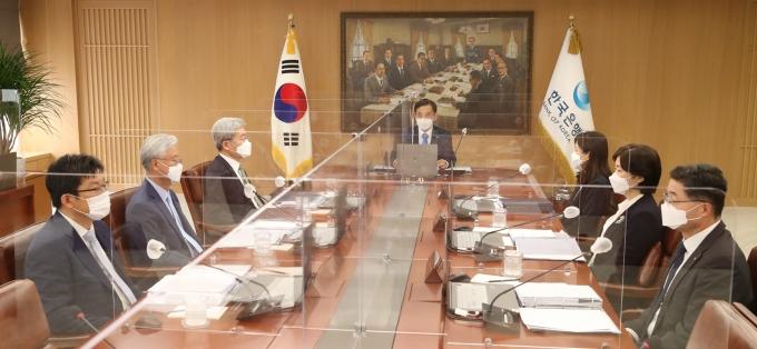 이주열 한국은행 총재가 지난 15일 서울 중구 한국은행에서 열린 금융통화위원회 본회의를 주재하고 있다. 이날 금통위는 기준금리를 현행 연 0.50%로 동결했다./사진=한국은행