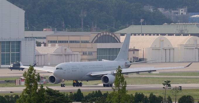 청해부대 34진 장병들이 20일 오후 5시30분쯤 경기도 성남 소재 서울공항으로 귀국했다. 사진은 이날 장병들을 태운 공군 다목적 공중급유수송기 KC-330 '시그너스'가 서울공항에 착륙한 모습. /사진=뉴스1