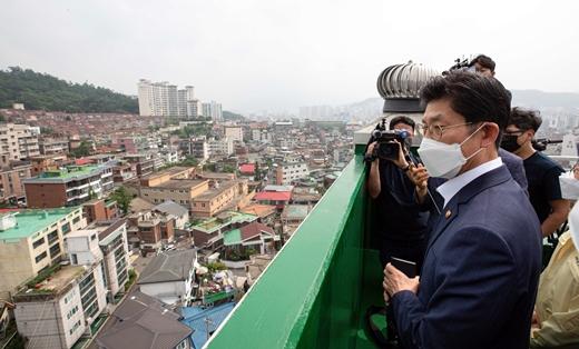노형욱 국토교통부 장관이 지난 6월30일 서울 은평구 증산4구역을 방문해 도심 공공주택복합사업 후보지를 둘러보고 있다. /사진=뉴스1