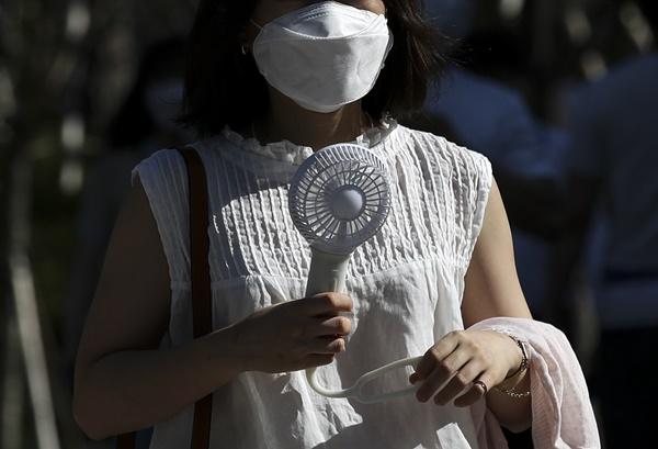 폭염이 이어지고 있는 지난 15일 오전 서울 중구 세종대로에서 손선풍기를 든 시민이 이동하는 모습이다. /사진=뉴시스