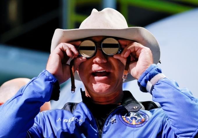 억만장자 제프 베이조스 아마존 창립자가 지난 20일 오전(이하 현지시각) 자신의 우주선을 타고 짧은 우주 여행을 마친 뒤 10분 만에 복귀했다. /사진=로이터