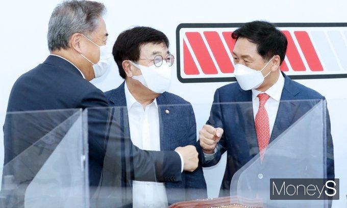 [머니S포토] 중진의원들과 인사 나누는 김기현 원내대표