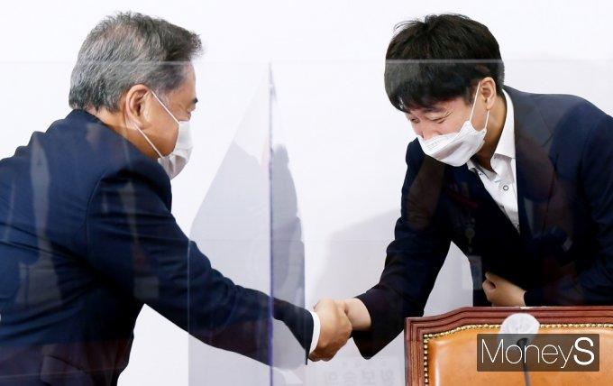 [머니S포토] 국힘 대표·중진의원 연석회의, 인사 나누는 이준석·박진