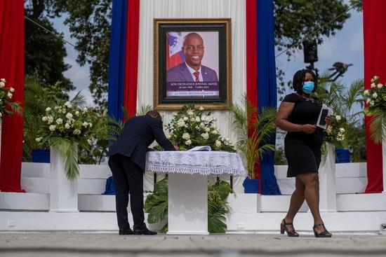 지난 20일(한국시각) 레온 찰스 아이티 경찰청장은 조브넬 모이즈 대통령 암살에 연루된 경찰들 중 최소 3명을 추가 체포됐다고 밝혔다. 사진은 지난 20일 아이티 수도 포르토프랭스에서 거행된 조브넬 모이즈 대통령 장례식 모습. /사진=로이터