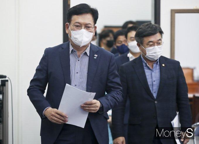 [머니S포토] 민주당 최고위 회의 입장하는 송영길·윤호중