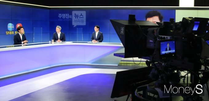 [머니S포토] '주영진의 뉴스브리핑' 여야 당대표 토론 배틀