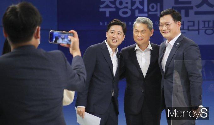 [머니S포토] 첫 토론 배틀 마친 與 송영길 · 野 이준석